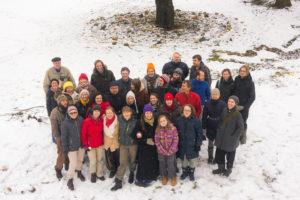 Pildil Gaia Akadeemia esimese lennu õpilased ja õpetajad talvisel õppesessioonil Mõisamaa ökokogukonnas Väike Jalajälg Pildil Gaia Akadeemia esimese lennu õpilased ja õpetajad talvisel õppesessioonil ökokogukonnas Väike Jalajälg Pildil Gaia Akadeemia esimese lennu õpilased ja õpetajad talvisel õppesessioonil Mõisamaa ökokogukonnas Väike Jalajälg